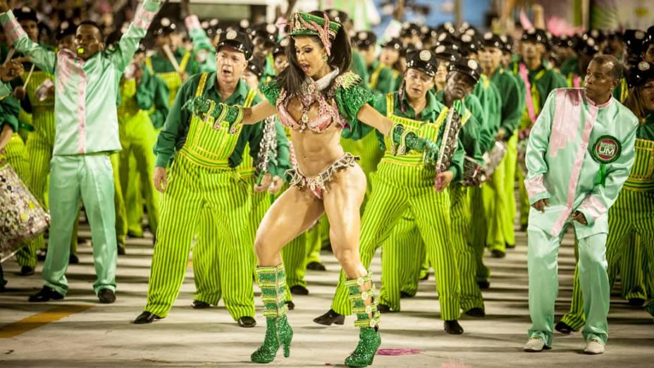 Gracyanne Barbosa rainha da bateria da Mangueira durante desfile na Sapucaí