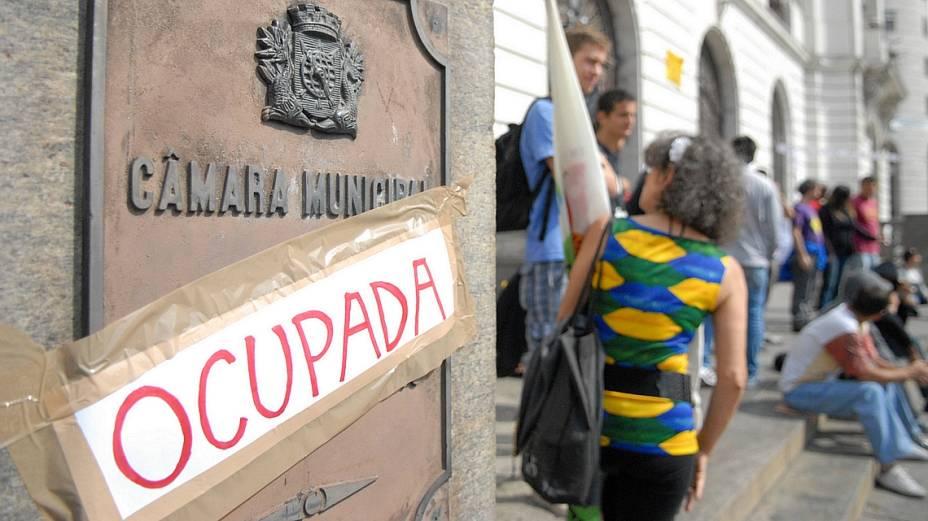 Manifestantes colocaram cartaz para sinalizar protesto na Câmara Municipal do Rio: ocupada
