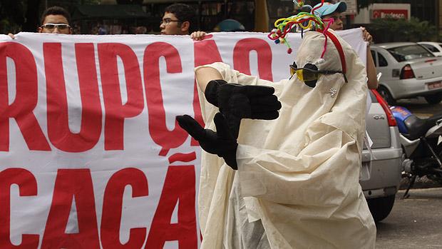 Centenas de pessoas participam da Marcha contra a Corrupção na Praça da República, em Belém (PA)