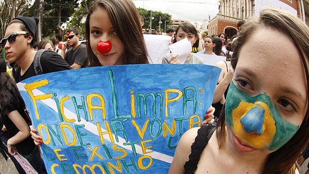 Com nariz de palhaço e caras pintadas participantes durante a Marcha contra a Corrupção na Praça da República, em Belém (PA)