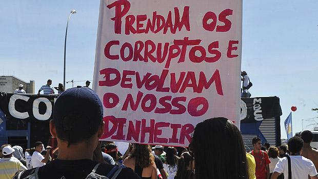 Participantes da marcha contra a corrupção, na Esplanada dos Ministérios