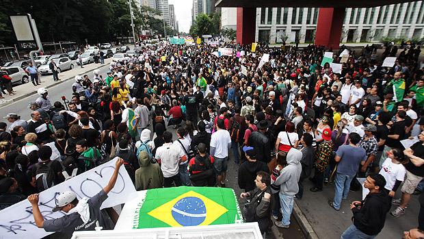 Manifestantes tomam conta de parte da avenida Paulista, na marcha Nacional contra a corrupção na politica durante a tarde de hoje