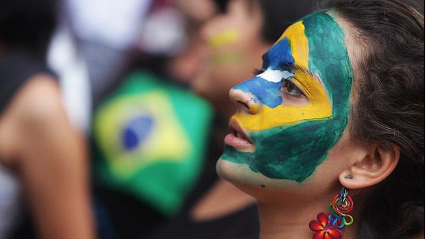 Jovem pinta rosto em marcha Nacional contra a corrupção na política durante a tarde de hoje na avenida Paulista