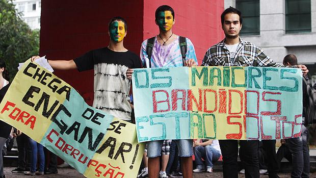 Jovens com faixas durante marcha Nacional contra a corrupção na política, na avenida Paulista