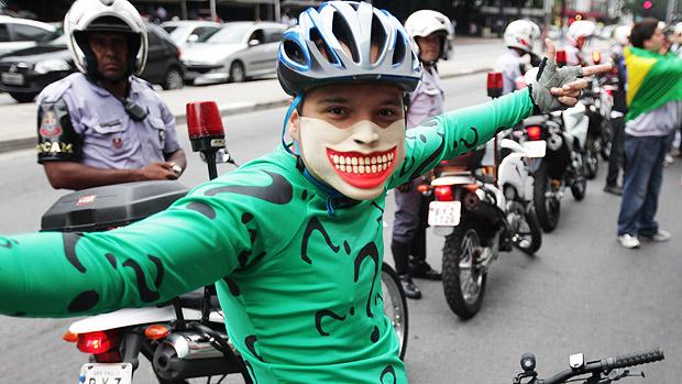 Ciclista, também participada marcha Nacional contra a corrupção durante a tarde de hoje na Avenida Paulista