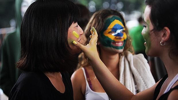 Manifestantes se preparam para a Marcha Nacional contra a corrupção na política durante a tarde de hoje, na Avenida Paulista
