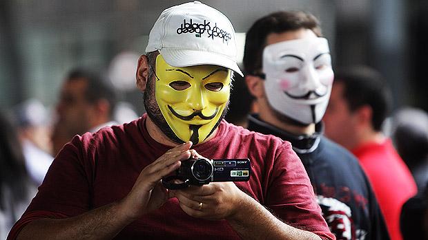 Muitos mascarados durante a marcha Nacional contra a corrupção, na Avenida Paulista