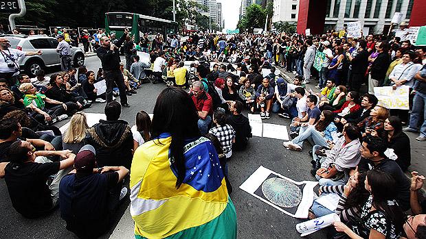 """Manifestantes escreveram """"SOS"""", na avenida paulista durante a Marcha Contra a Corrupção"""