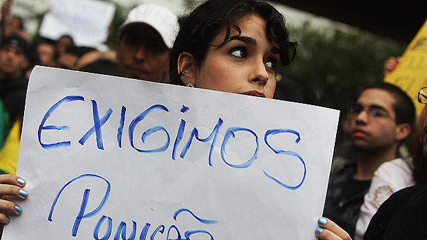 Manifestante segura cartaz durante a marcha Nacional contra a corrupção, na Avenida Paulista