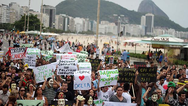 Manifestantes participam da marcha Nacional de combate a corrupção, na praia de Copacabana, no Rio de Janeiro