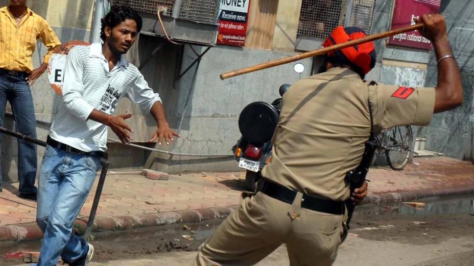 Policiais e manifestantes entraram em conflito durante protesto contra o governo em Amritsar, na Índia