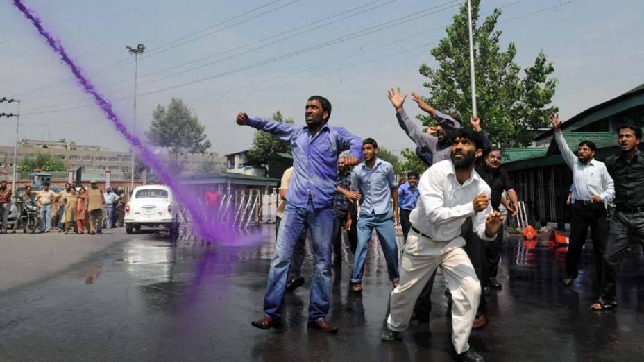 Manifestantes durante confronto com a polícia em Srinagar, na Caxemira indiana