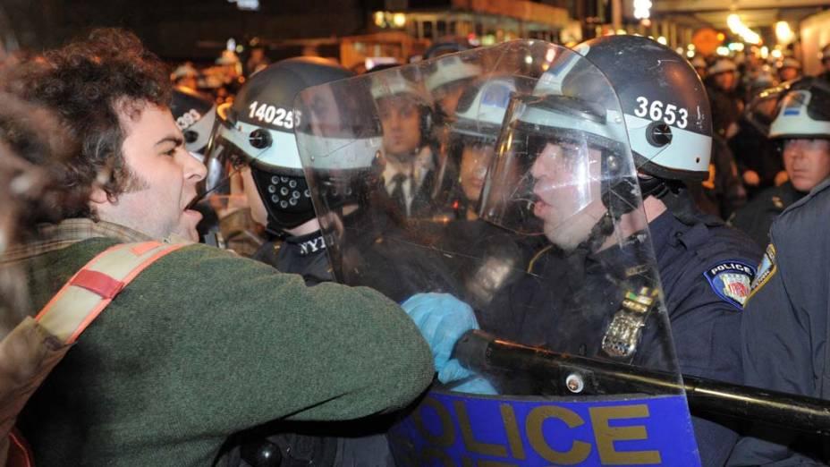"""Confronto entre manifestantes do """"Occupy Wall Street"""" e policiais em Nova York, nos Estados Unidos"""