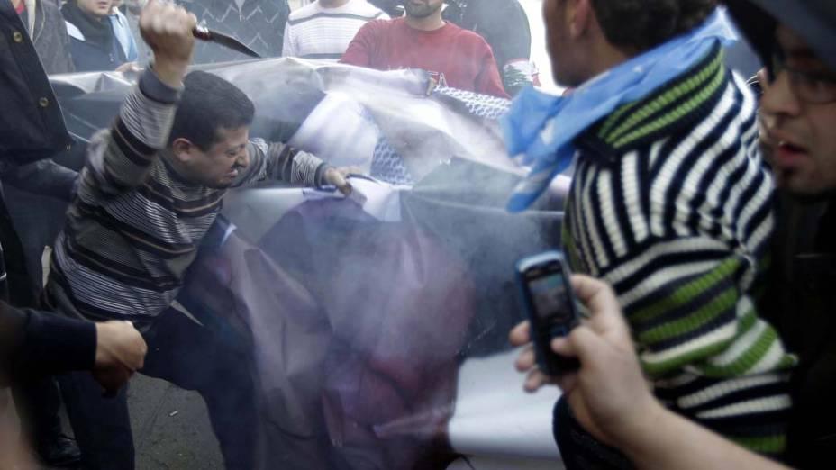 Manifestantes rasgam bandeira do libanês Najib Mikate em protesto a favor do primeiro ministro Saad Hariri na cidade de Beirute