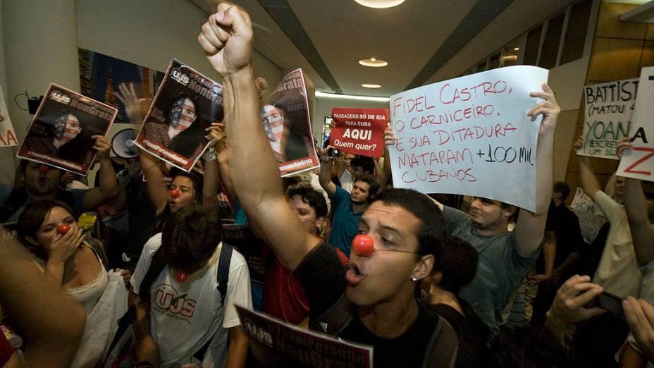 Manifestantes realizam protesto nesta quinta (21) durante a visita da blogueira Yoani Sánchez, em livraria em São Paulo