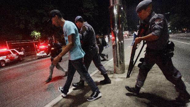 Manifestante é preso durante protesto na Avenida Paulista, em São Paulo