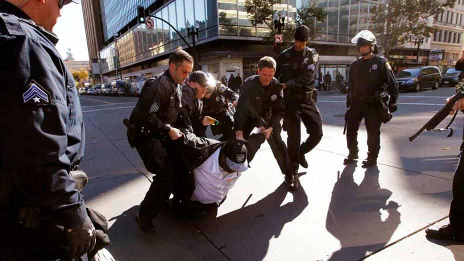 """Policiais carregam manifestante do """"Occupy Oakland"""", na Califórnia"""