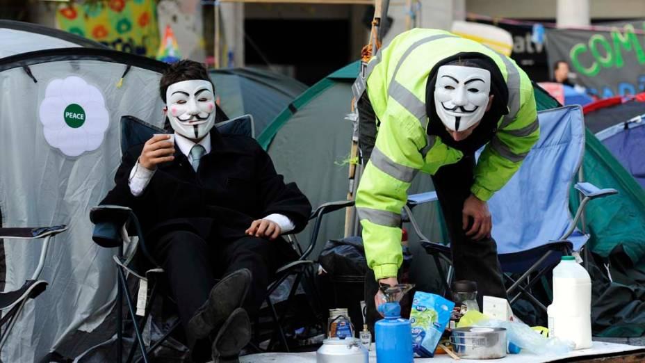 """Manifestantes do """"Occupy London"""" acampados em frente a Catedral de São Paulo em Londres, Inglaterra"""