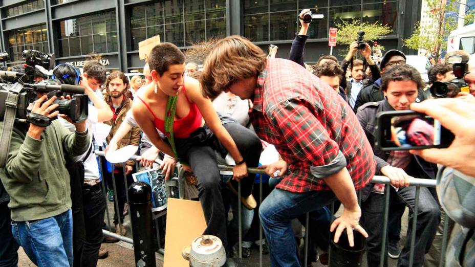 """Manifestantes do """"Occupy Wall Street"""" pulam barricada de proteção em Nova York, nos Estados Unidos"""