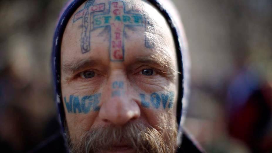 """Manifestante do """"Occupy Washington"""" na praça McPherson em Washington, Estados Unidos"""
