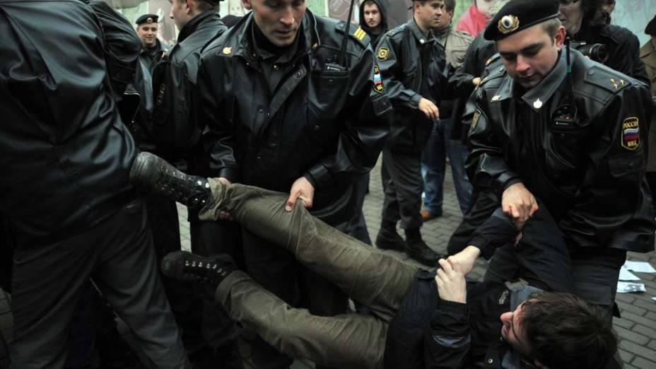 Ativista é preso durante manifestação não autorizada contra eleições no Parlamento russo em Moscou