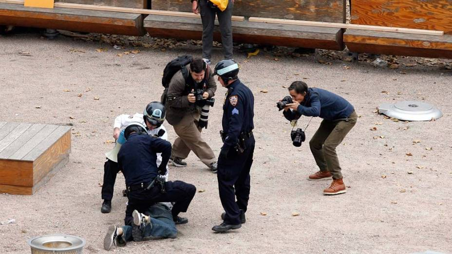 """Policiais imobilizam manifestante do """"Occupy Wall Street"""" em Nova York, nos Estados Unidos"""