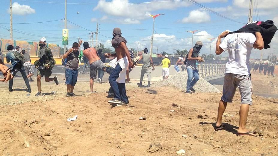 Manifestantes em confronto com a Polícia Militar, em Fortaleza