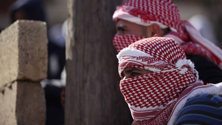 Manifestantes palestinos durante confronto com policiais israelenses na Cisjordânia