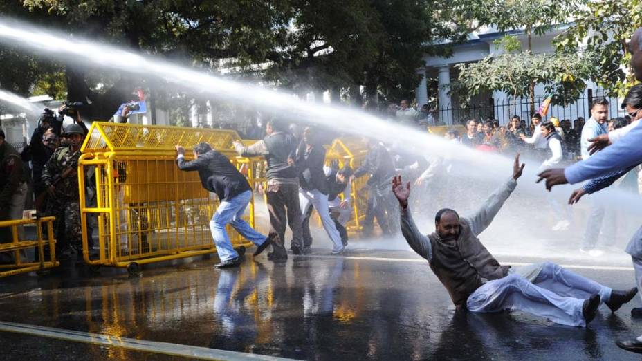 Manisfestantes do partido Bhartiya Janata em protesto contra os altos preços do petróleo em Nova Délhi, Índia