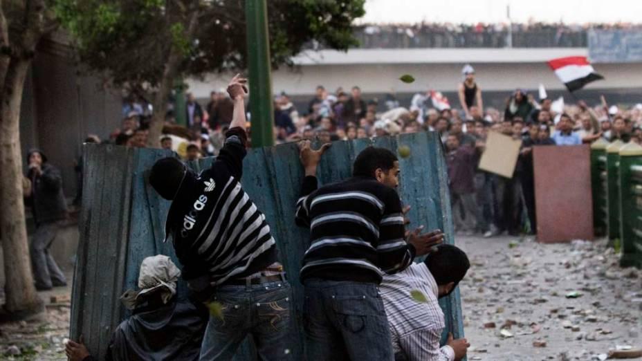 Manifestantes pró e contra o governo de Hosni Mubarak se enfrentam no centro do Cairo. Pela primeira vez em nove dias de manifestações um grupo pró-governo entrou em conflito com os demais manifestantes