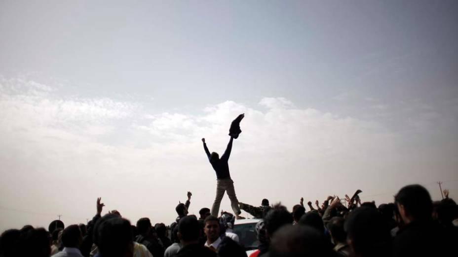 Manifestantes líbios participam de protesto contra o ditador Muamar Kadafi nas proximidades da cidade de Ajdabiya