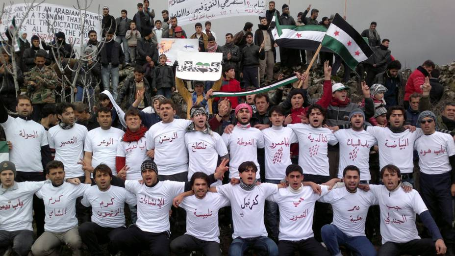 Manifestantes em protesto contra o presidente Bashar al-Assad em Idlib, Síria