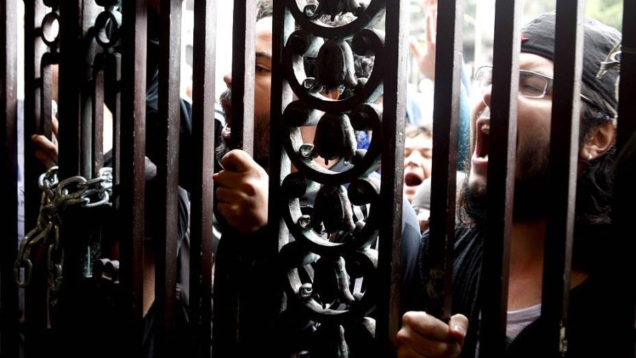 Manifestantes tumultuam 1º dia de CPI dos Ônibus no Rio