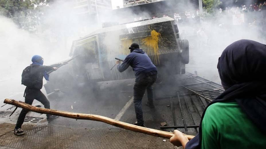 Estudantes durante protesto contra o sistema educacional em Santiago, Chile