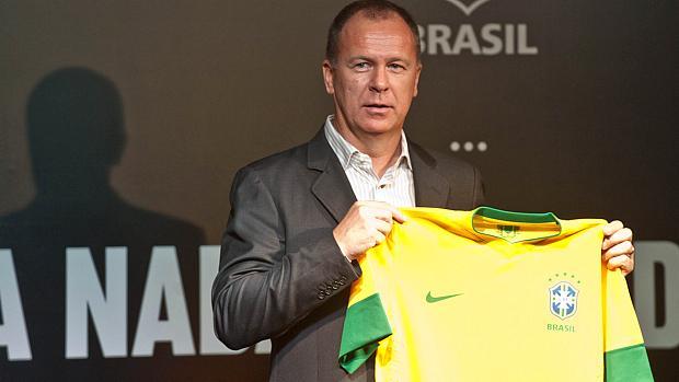 Mano Menezes na apresentação da nova camisa da seleção brasileira