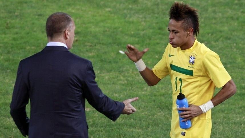 O técnico da seleção brasileira, Mano Menezes, cumprimenta Neymar depois de partida contra o Equador, na Copa América de 2011, na Argentina