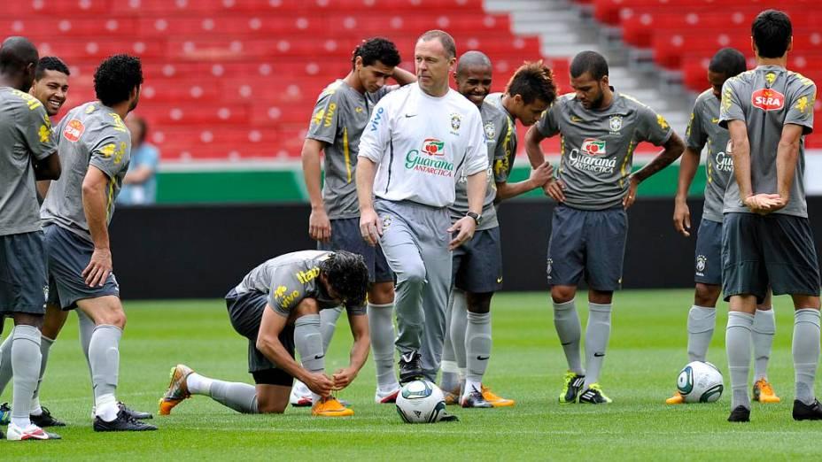 O técnico Mano Menezes comanda o treino da seleção brasileira na Mercedes-Benz Arena, em Stuttgart, na Alemanha, antes do amistoso contra a seleção local
