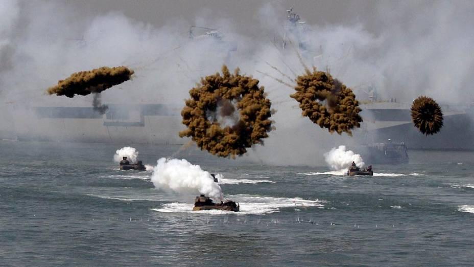 Manobras militares entre americanos e sul-coreanos em comemoração aos 60 anos do desembarque do General americano MacArthur em Incheon, Coreia do Sul,  poucos dias após o início da Guerra da Coreia.