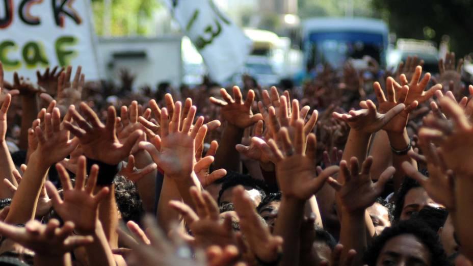 Torcedores do time de futebol al-Ahly exigem justiça para as vítimas do massacre que aconteceu em 1 de fevereiro no Egito