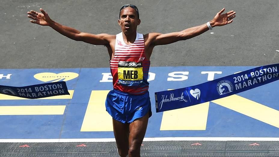 Meb Keflezighi, cruza a linha de chegafa em primeiro na Maratona de Boston 2014