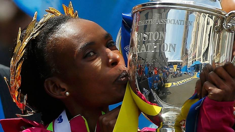 Na categoria feminina, a queniana Rita Jeptoo, de 33 anos, chegou em primeiro lugar e conquistou o tricampeonato na prova