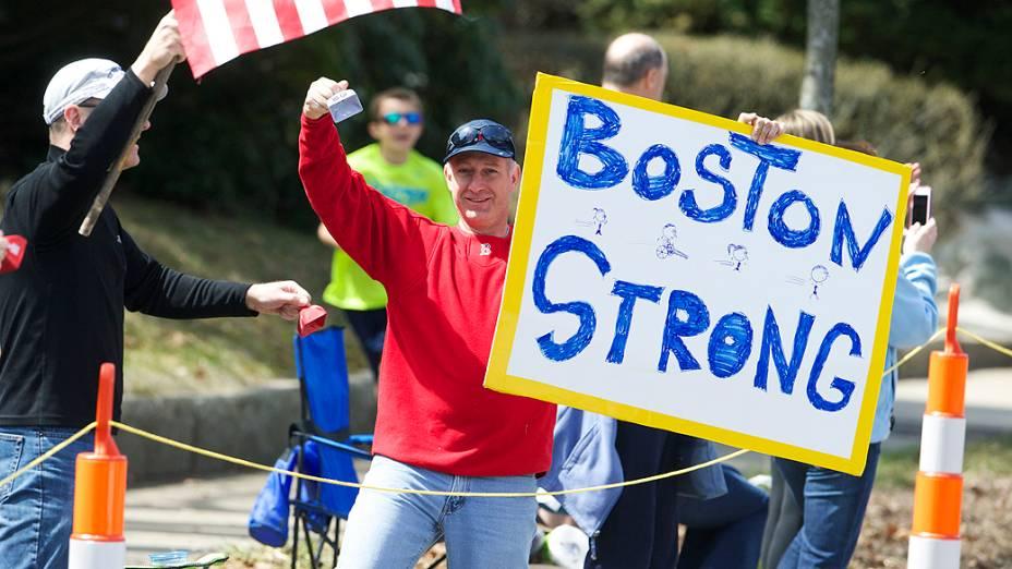 Um ano após atentado a bomba que matou três pessoas, Maratona de Boston aconteceu com segurança reforçada. Cerca de 36 mil atletas correram a 118ª Maratona nesta segunda-feira (21)