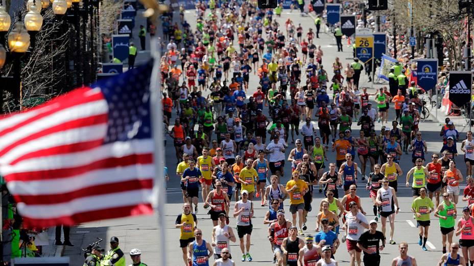 Um ano após atentado a bomba que matou três pessoas, Maratona de Boston aconteceu com segurança reforçada