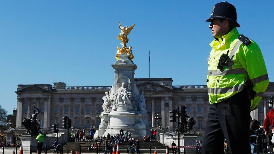Policial em frente ao Palácio de Buckingham em Londres