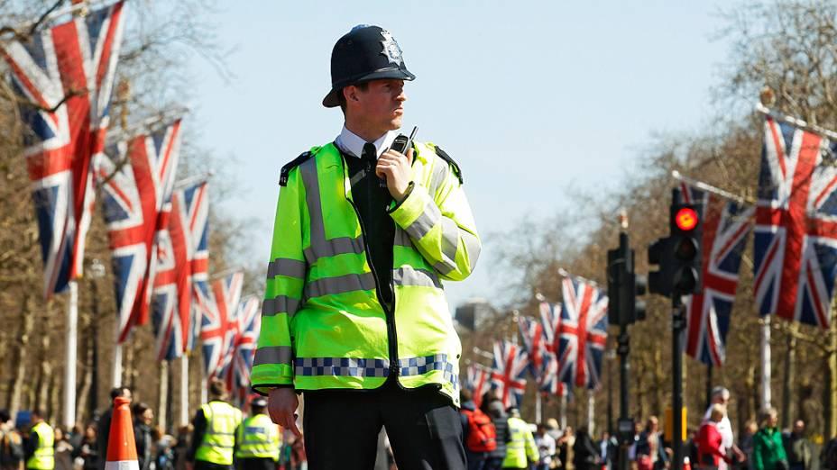 Policial patrulha avenida de Londres onde corredores passarão no domingo