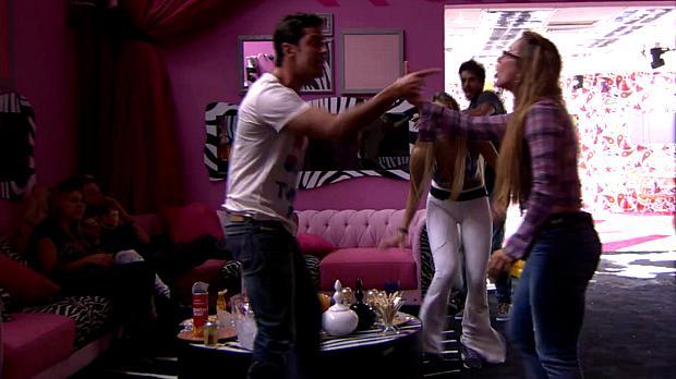 Marcelo e Aline brigam no BBB14