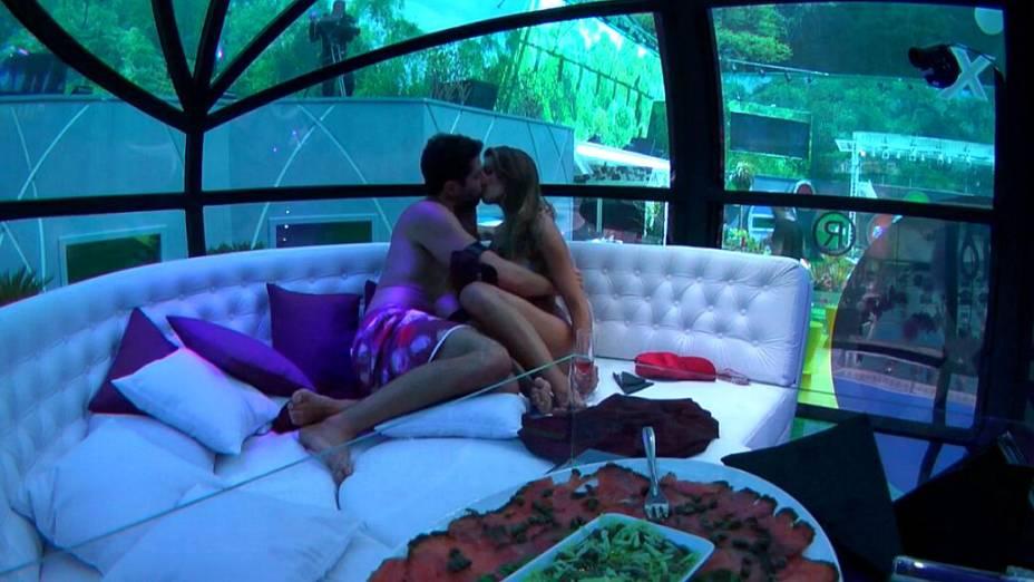 Marcelo e Angela se beijam no BBB14