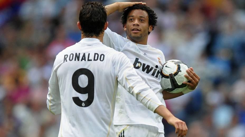 O lateral brasileiro Marcelo comemora gol com o companheiro Cristiano Ronaldo em partida contra o Osasuna válida pelo campeonato espanhol