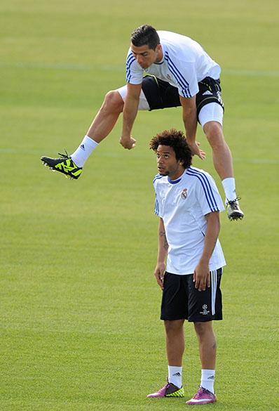 Cristiano Ronaldo e Marcelo se divertem durante treinamento do Real Madrid