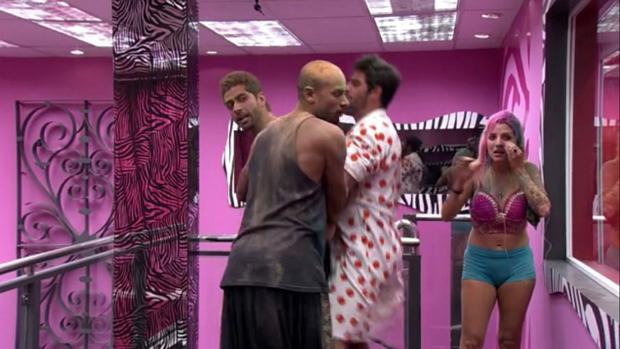 Brother seguram Marcelo, que tentava partir para cima de Cássio